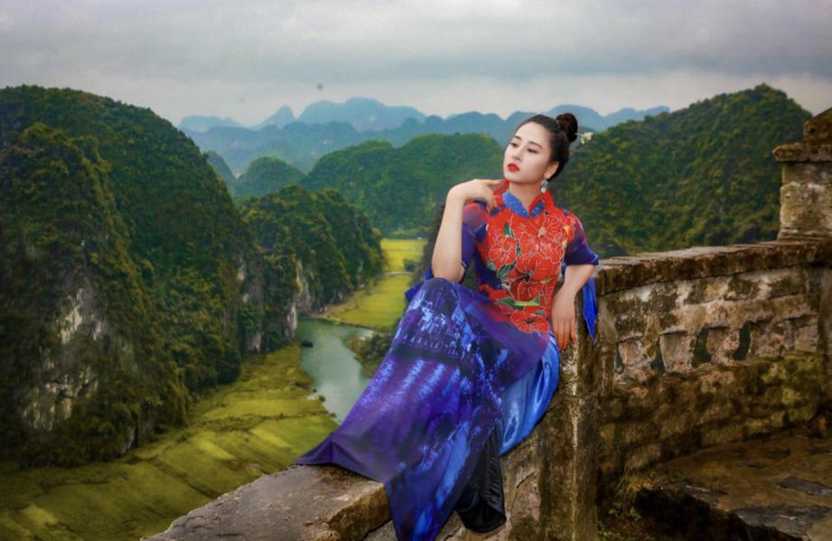 """Oanh Ngô """"khoe dáng"""" trong Bộ sưu tập áo dài của NTK Hoàng Ly"""