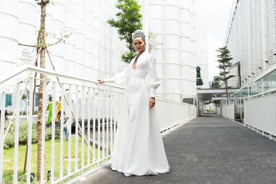 H'Hen Niê diện váy xẻ sâu ngực, đeo trang sức 200 triệu đồng