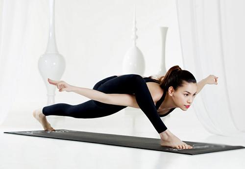 Hồ Ngọc Hà điêu luyện tập yoga khoe dáng đẹp mỹ miều