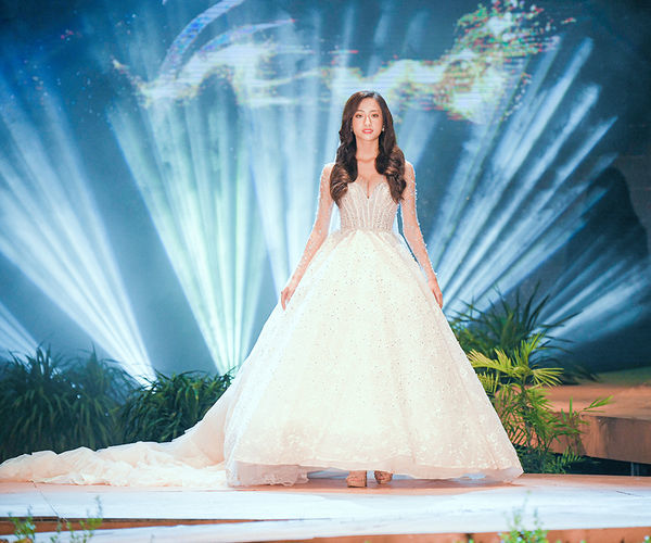 Lương Thùy Linh diện váy cưới lộng lẫy, lần đầu làm vedette sau đăng quang