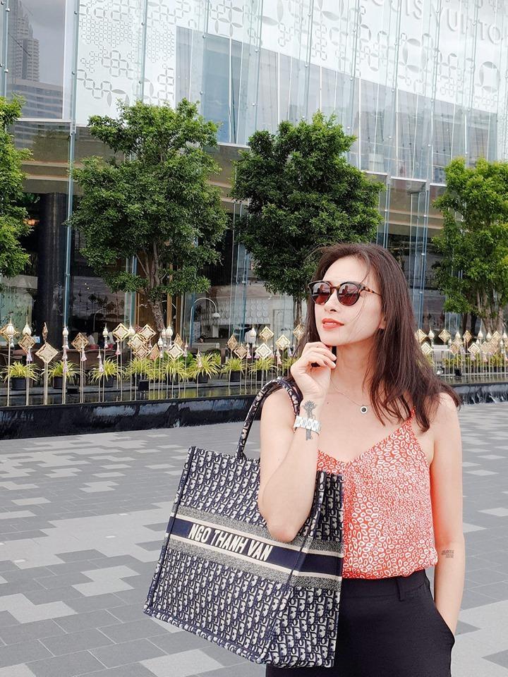 ''Vượt mặt'' Ngọc Trinh, Thanh Hằng, Ngô Thanh Vân dẫn đầu trào lưu khắc tên lên túi hiệu